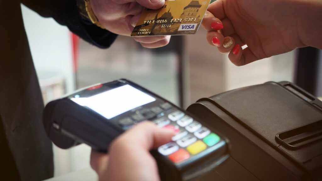 Elegir entre tarjeta de crédito y débito